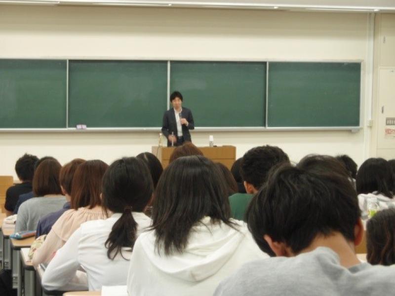 岡山県警察本部担当者による特別講座「経済と行政 ~行政官・外交官・警察官としての経験から~」を開催しました