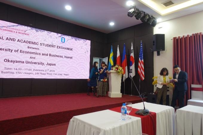 ベトナム国家大学ハノイ校経済経営大学(VNU-UEB)でのプレゼンテーション